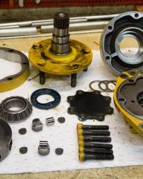 Démontage Expertise Réparation Remontage Essais sur banc d'un moteur poclain